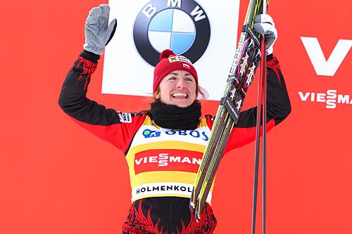 Justyna Kowalczyk i den gule trøya som viser at hun leder verdenscupen sammenlagt. Her etter tremila i Holmenkollen 2013 hvor hun ble nummer to. Foto: Laiho/NordicFocus