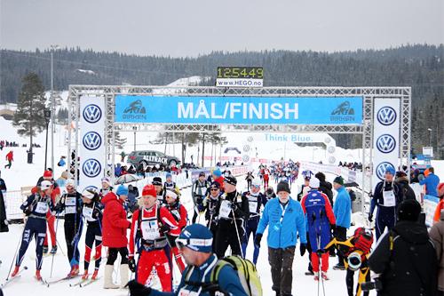 Birken er en nokså fysisk krevende ferd på 54 kilometer, med nokså mange høydemeter som skal forseres, men de aller fleste når målet på Birkebeineren Skistadion ved Lillehammer i fin stil, slik som i 2013-utgaven. Foto: Geir Nilsen/Langrenn.com.