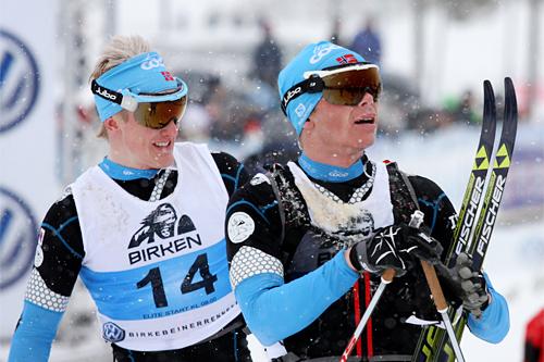 Espen Harald Bjerke (til høyre, ble nr. 3) og Morten Eide Pedersen (6. plass) etter målgang i Birkebeinerrennet 2013. De begge går langløp for Team Coop, men har sin klubbtilhørighet i Lillehammer Skiklub. Foto: Geir Nilsen/Langrenn.com.