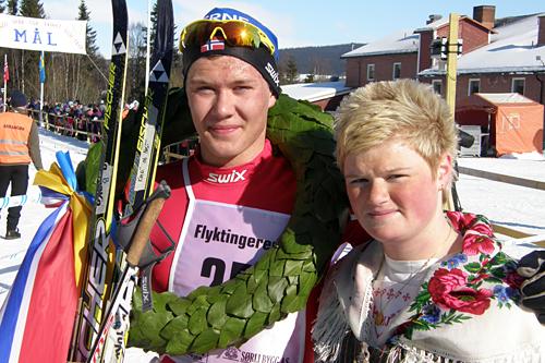 Ole Jørgen Bruvoll, Lierne IL, vant herrer junior i Flyktningerennet 2013. Her sammen med kransjenta Angelica Odelberg. Foto: Karl Audun Fagerli/Flyktningerennet.