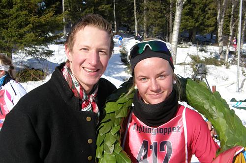 Line Sundsvik, Frol IL, vant damer junior i Flyktningerennet 2013. Her sammen med kransgutt Arvid Kvetangen. Foto: Karl Audun Fagerli/Flyktningerennet.