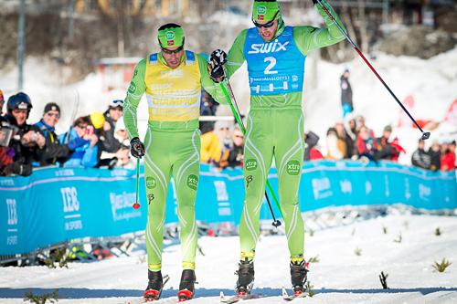 Anders (til venstre i bildet) og Jørgen Aukland deler seieren i Swix Ski Classics sitt finaleløp, Årefjällsloppet 2013. Foto: Mangus Östh/Swix Ski Classics.