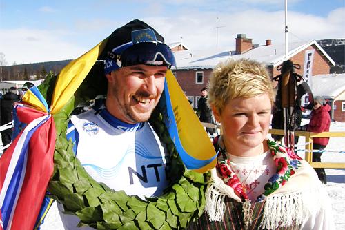 John Kristian Dahl fra Strindheim vant herreklassen i Flyktningerennet 2013 og fikk krans av kransjenta Angelica Odelberg. Foto: Karl Audun Fagerli/Flyktningerennet.