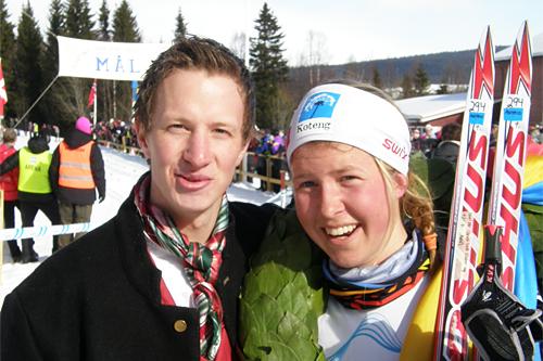 Astrid Øyre Slind fra Oppdal vant dameklassen i Flyktningerennet 2013 og fikk krans av kransgutt Arvid Kvetangen. Foto: Karl Audun Fagerli/Flyktningerennet.
