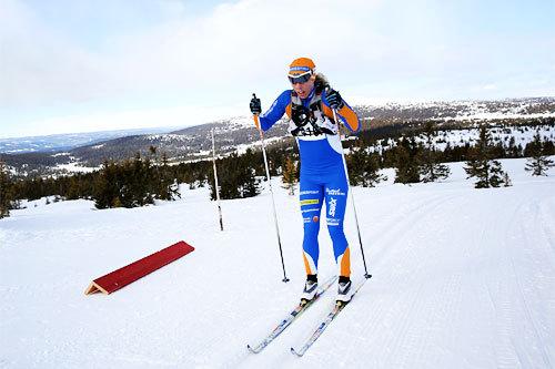 Sandra Hansson på vei mot seier i Lillehammer Troll Ski Marathon 2013. Her er hun mellom Nordseter og Sjusjøen. Foto: Geir Olsen.