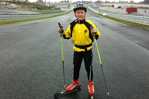 Ungdomsløpere i Østfold har prøvd å gå rulleski på den enorme banen i Østfold. I år får også eliten prøve seg. Arrangørfoto.