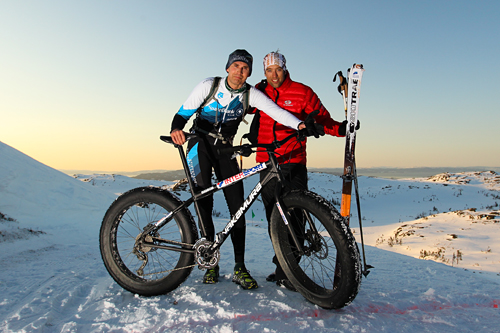 Sigurd Eriksson sverget til sykkel med skikkelige ballongdekk og trillet inn til 5. plass i veteranklassen i Monsterbakken Vassfjellet sør for Trondheim vinteren 2013. Her er han sammen med vinneren Ola Berger. Foto: Aapo Liaho.