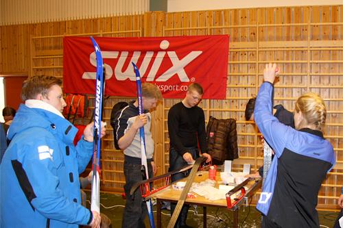 Swix sin smøre-service ved nummerutdelingen på Svalbard Skimaraton 2012. Foto: Geir Nilsen/Langrenn.com.