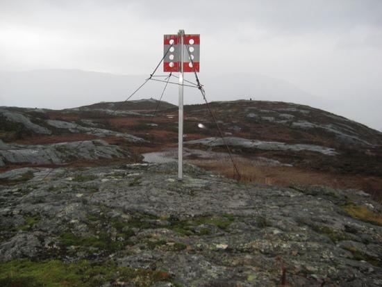 Trigonometrisk punkt på 436 moh. Varden på nordtoppen skimtes i bakgrunnen