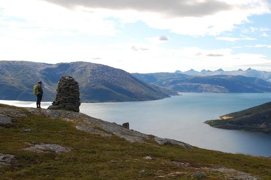 Fra den nordre toppen er det flott utsikt ut Vefsnfjorden og til de Sju Søstre