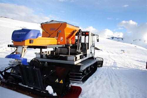 Løypemaskin ved Sognefjellshytta med saltbøsse på ryggen. Foto: Geir Nilsen/Langrenn.com.