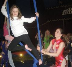 Anne Spiten Forrestad får en innføring i sirkusakrobatikk