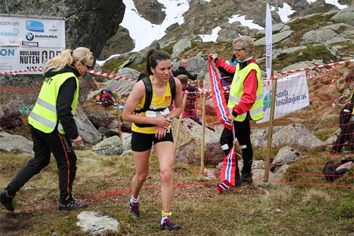 Heidi Weng inn til seier i 2013-utgaven av det 5,9 km lange motbakkeløpet Hovlandsnuten Opp i Sauda. Foto: Rolf Selvik.