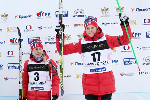 Kari Øyre Slind jubler over å ha vunnet bronse på fellesstarten under U23-VM i Liberec og Tsjekkia 2013. Gullet gikk til Ragnhild Haga, som vi ser i bakgrunnen. Foto: Erik Borg.