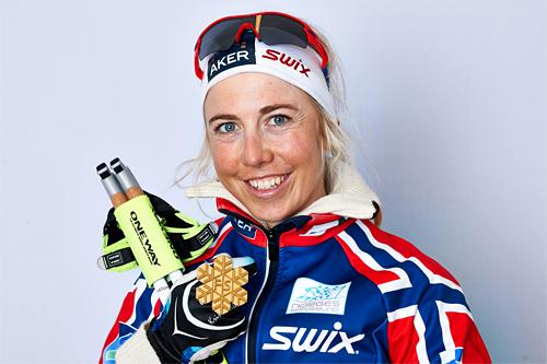 Kristin Størmer Steira med et skinnende VM-gull fra stafetten i Val di Fiemme 2013. Foto: Felgenhauer/NordicFocus.