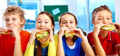 Fire elever spiser sunn skolemat