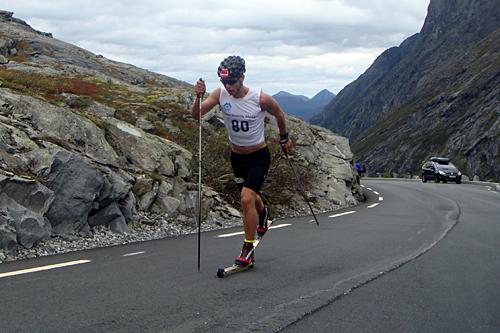 Team Veidekke Trøndelags Mathias Rundgreen i flott driv på vei oppover Trollstigen. Foto: Team Veidekke Trøndelag