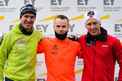Herrenes seierspall i Oslos Bratteste. Fra venstre ski- og o-løper Martin Johansson (2. plass), Johan Bugge (1) og ski- og o-løper Magne Haga (3). Foto: Oslos Bratteste.