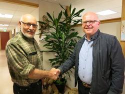 Hogne Skjerpe, leder av PNM-utvalget, ønsker Sverre velkommen som ny landbrukssjef