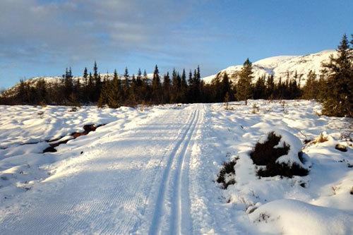 Norefjell og deler av den nye gruslagte traséen som sikrer tidlig sesongstart, fotografert i starten av november 2013. Foto: Bjørn Viker/Norefjell Skisenter.