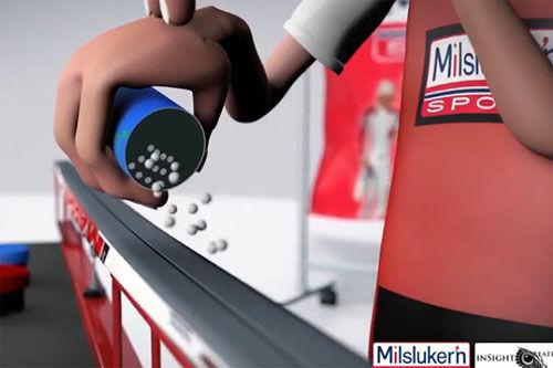 Kåre Elliot fra Milslukern Sport viser behandling av fluor.