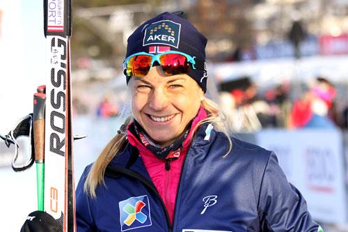 Astrid Uhrenholdt Jacobsen tok seg en tur utenfor sporet, men sikret allikevel en sterk 2. plass i den 10 km lange sesongåpningen 2013 på Beitostølen. Foto: Geir Nilsen/Langrenn.com.