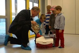 Fylkesmann Gunnar Kjønnøy overrekker bokgave til barnehagebarn_300x204.jpg