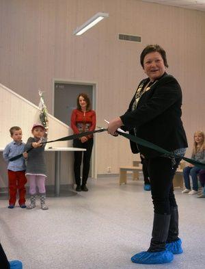 Ordfører Cecilie Hansen klipper snora og erklærer Skytterhusfjellet barnehage som åpnet