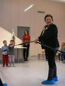 Ordfører Cecilie Hansen klipper snora og erklærer Skytterhusfjellet barnehage som åpnet_229x300.jpg