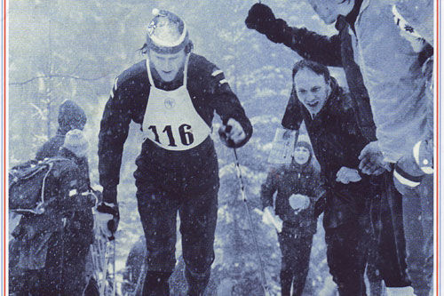 Utsnitt av omslaget til boka Femmila - Skisportens manndomsprøve. Løperen i bildet er Oddvar Brå og stedet er 5-mila i Holmenkollen i 1975. Illustrasjon: Gyldendal Forlag.