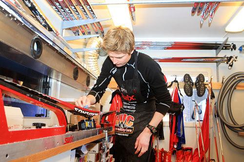 Henrik Johnsen er en av de sentrale personene i Swix sitt racing-apparat og er ofte å finne i smørebua. Foto: Erik Borg.