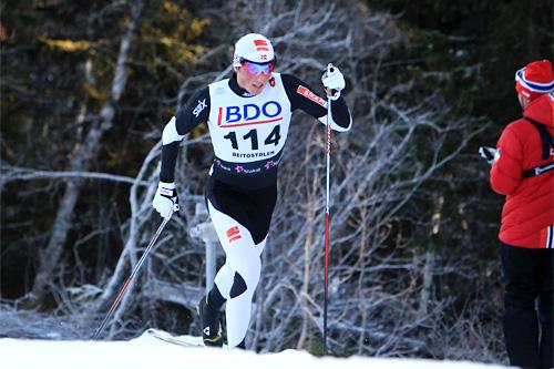 Emil Iversen har hatt en strålende start på sesongen og leder SkanCup i suveren stil etter å ha hatt klippekort på seierspallen så langt denne vinteren. Foto: Geir Nilsen/Langrenn.com.
