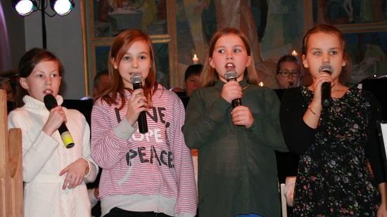Barna synger En himmel full av stjerner - HMF spiller - Odd Harald dirigerer.jpg