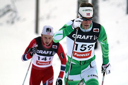Simen Østensen ble totalvinner i Skandinavisk Cup 2013/2014. Her underveis på 15 kilometer klassisk i Vuokatti, tett fulgt av Simen Hegstad Krüger. Foto: Viestintäpalvelu Heidi Lehikoinen.