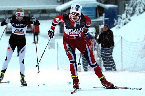 Marthe Kristoffersen går mot Skandinavisk Cup-seier på 10 kilometer fri i finske Vuokatti. Jages her av klubbvenninne Kathrine Harsem som ble nummer to. Foto: Viestintäpalvelu Heidi Lehikoinen.