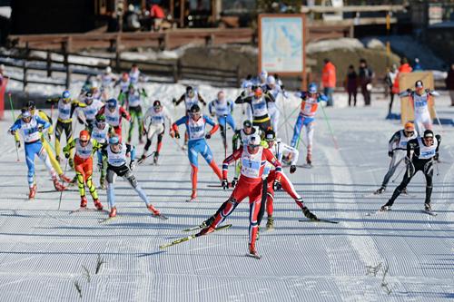 Petter Northug jr. er jaget av et stort felt på oppløpet, men holder ryggen fri og vinner La Sgambeda 2013. Foto: Rauschendorfer/NordicFocus.