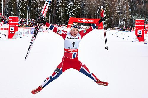 En hoppende glad Ingvild Flugstad Østberg har akkurat vunnet 3. etappe av Tour de Ski 2013/2014, fristilssprinten i Lenzerheide. Foto: Felgenhauer/NordicFocus.