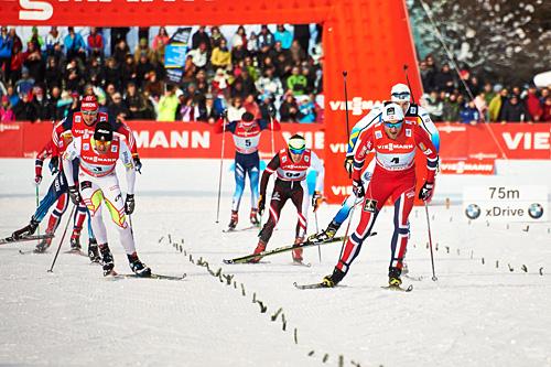 Petter Northug jr. (t.h.) spurter fra Alex Harvey (t.v.) og de andre i kampen om 2.-plassen på jaktstarten fra Cortina til Toblach som var femte etappe av Tour de Ski 2013/2014. Foto: Felgenhauer/NordicFocus.