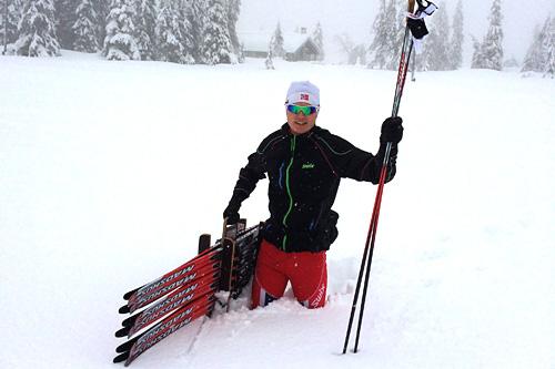 Henrik Johnsen i Swix sitt service-apparat jobber med testing av ski og smøring under norgescupen for juniorer i Nybygda helt i starten av 2014. Her er han oppe på Sjusjøen i forbindelse med rennene som går der. Foto: Swix Sport.
