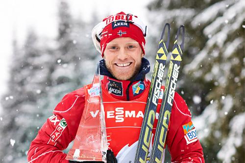 Martin Johnsrud Sundby med trofeet som viser at han er mesteren av Tour de Ski 2013/2014. Foto: Felgenhauer/NordicFocus.