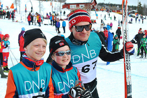 Øystein Pølsa Pettersen, sammen med to unge talenter, i Langrennscross på Skeikampen langfredag 2013. Arrangørfoto.