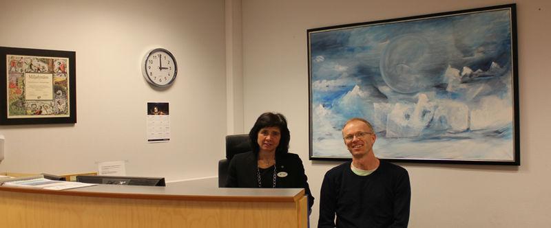 Hilde Bjørkestøl (resepsjon) og Lasse Hornnes (organisasjonssjef) i servicetorget