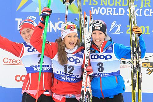 Medaljejentene på fellesstart med skibytte under U23-VM i Val di Fiemme 2014. Fra venstre: Ragnhild Haga (2), Martine Ek Hagen (1) og Teresa Stadlober (3). Foto: Erik Borg.