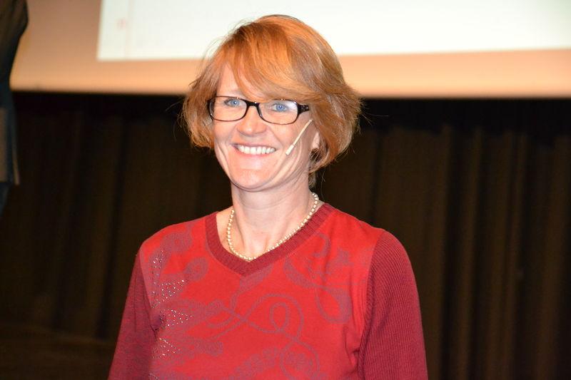 I. Elisabeth Stengen Gundersen på scenen, nærbilde