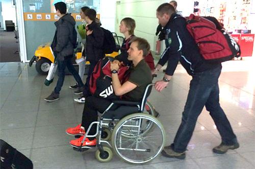 Jerry Ahrlin på vei hjem fra König Ludwig Lauf i rullestol etter fall på grunn av sikksakk-gåing mellom mosjonister i løpets sluttfase. Foto: Team Centric.