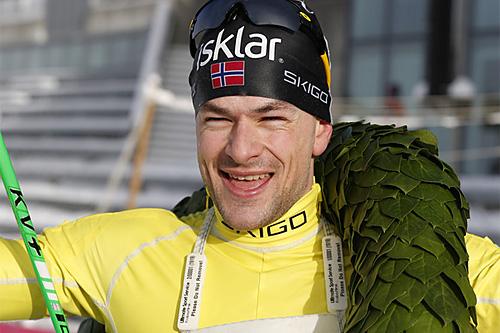 Arne Post jubler over klar seier i Holmenkollmarsjen 2014. Foto: Magnus Nyløkken/Skiforeningen.