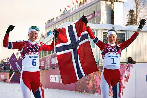 Fra venstre: Ingvild Flugstad Østberg (2) og Maiken Caspersen Falla (1) jubler etter at de sørget for dobbelt norsk på sprinten under OL i Sotsji 2014. Foto: NordicFocus.