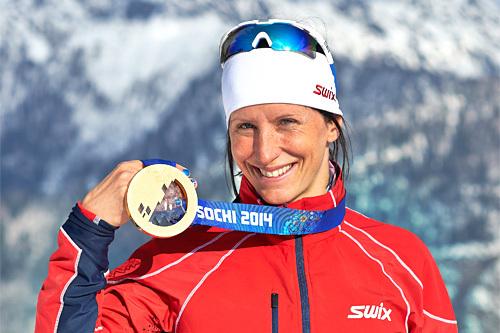 Marit Bjørgen med OL-gullet hun kapret på 15 km skiathlon i Sotsji 2014. Foto: NordicFocus.