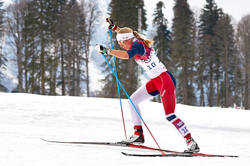 Astrid Uhrenholdt Jacobsen ute i OL-sprinten i Sotsji 2014. Da det hele var over endte fasiten på en sterk 4. plass, dette tross utfordrende innledning av lekene og et stavbrekk underveis i selve finalen. Foto: NordicFocus.