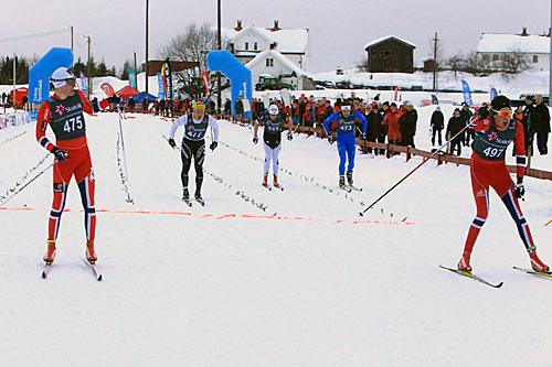 Johan Hoel (t.v.) spurtslår Thomas Ekren (t.h.), og blir norgesmester for eldre junior i sprint under junior-NM med innlagt norgescup på Vind i 2014. Foto: Erik Borg.
